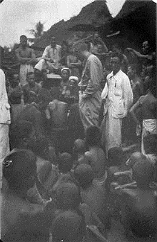 Jaap KUNST enregistrant dans l'Ile de NIAS.
