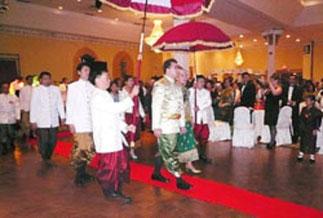 Standing ovation pour les mariés. La Princesse Chansouk est la fille du Prince Tanh , ancien Procureur militaire et de la Princesse Bounchanh Soukthala.