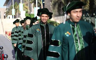 Promotion 2013. 18 étudiants diplômés venant de 13 pays des 5 continents. A droite, salle d'études --------------------------- >>>>>>>