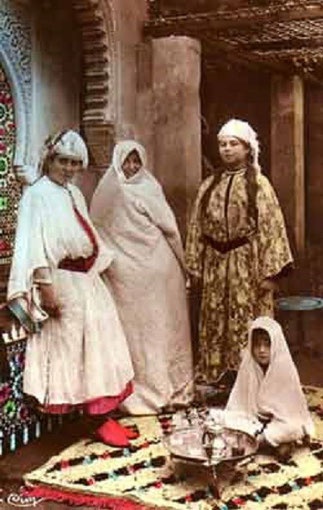 MEKNES vers 1920. Noter les longues nattes décoratives (soualefs) et la forme particulière des coiffes juives. Merci au site MarocAntan