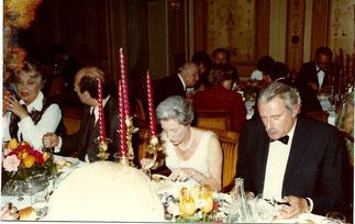 Pierre Simon, face à Pierre  Monfrais adversaire de la loi Simone Veil et l'épouse du Président  du Tribunal  qui se concentrait sur son assiette.