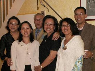 2006. Le Prince Mangkra et la Princesse Ouanna avec leurs 3 filles et leur fils. A droite la Princesse Daraphon qui continue le combat aux Etats-Unis.