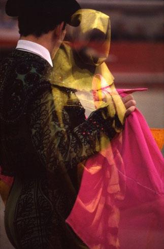 FANTÔME DANS L'ARENE^^^^^^^^^^^^^^^^^^^^ ^^ ^A droite AFFICHE 2015 PAR LUCIEN CLERGUE>