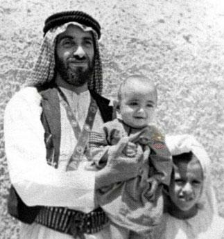 Sheikh Zayed et le bébé Sheikh Khalifa né en 1948