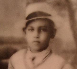 Tuanku JAAFAR, binti Tuanku ABDUL RAHMAN JEUNE COLLEGIEN et SA MAMAN >>>>>>>>>> >  C' était une famille aimante,  très charismatique. Les enfants des 4 épouses de Tuanku ABDUL RAHMAN sont très proches les uns des autres.
