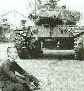 Mai 1966. DANANG. Moine Bouddhiste bloquant l'armée du Sud. Extraite du Livre de Giao.