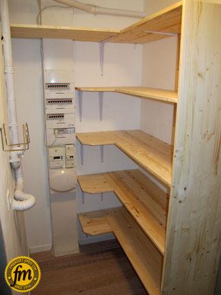 Réalisation d'une arrière cuisine sur mesure - Pose des étagères