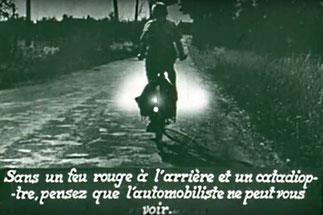 Image avec légende d'un cycliste la nuit