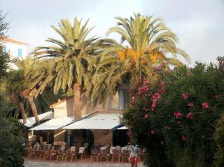 La place du village et ses terrasses accueillantes