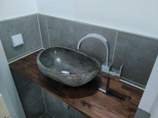 Ein modernes Waschbecken auf einer Holzfläche