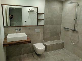 Ein modernes Badezimmer mit Waschbecken, Toilette und Dusche