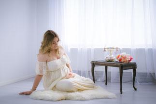 dziewczyna w bialej sukni na podlodze