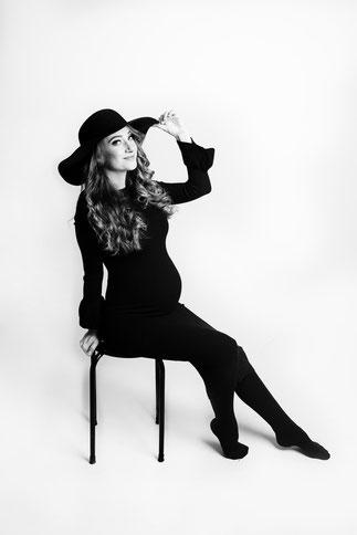 kobieta w bialej sukni ciazowej