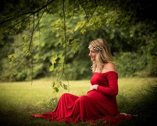 kobieta w sukni w lesie