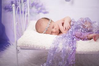 dziewczynka noworodek w lozeczku