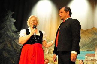 Bürgermeister Franz Schnitzenbaumer wird von Margot Wolf herzlich begrüßt