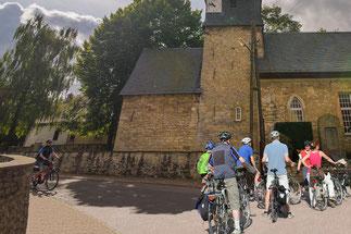 RadfahrerInnen an der Feiniger-Kirche in Gelmeroda