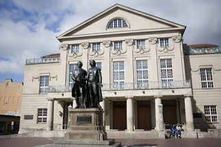 Goethe-Schiller-Denkmal vor dem Deutschen Nationaltheater in Weimar