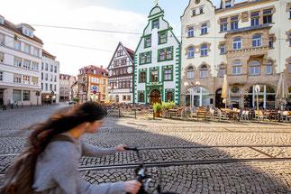 Radfahrerin auf dem Erfurter Domplatz