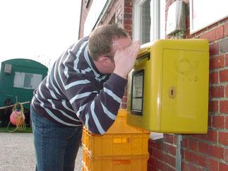 Die Post kommt auf Hallig Hooge tideabhängig. Auf dem Ferienhof Volkertswarft haben wir unseren eigenen Postkasten.