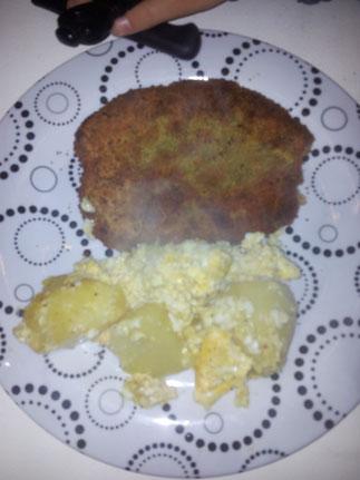 Schnitzel und Kartoffeln mit Ei