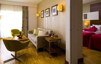 Zimmer mit Verbindungstuer