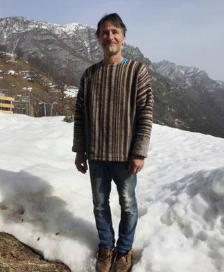 Martin im Garten stehend, mit Blick auf verschneite Berge