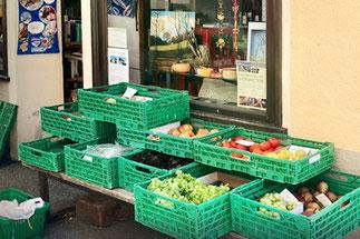 Gemüse und Obst vor dem Lebensmittelgeschäft in Spruga