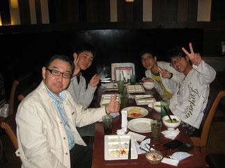 卒塾生と食事する石川久人塾長(卒業記念会にて)