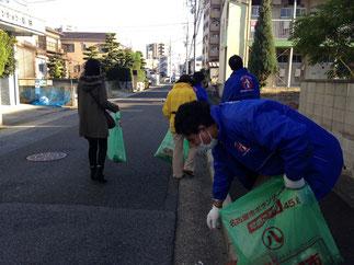 地元商店街組合の一員として清掃活動
