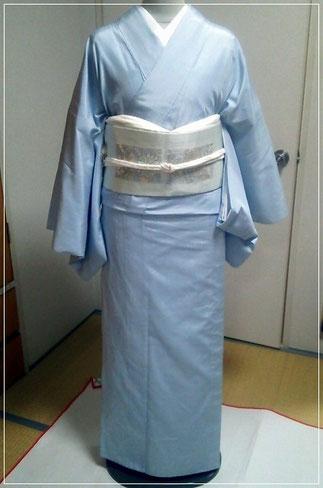 ブルーの無地紬に薄色の名古屋帯。正面から。初めて着付けられました。