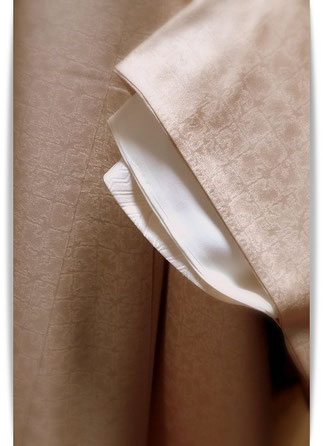 本仕立てのきものの着付け方。袖口も長襦袢・下襲・長着と3枚の袖が重なっています。