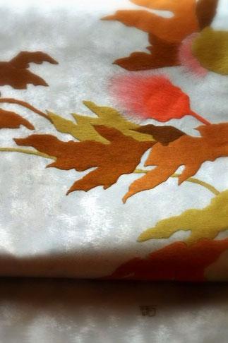 箸尾百亭作。白地にねむの木の帯