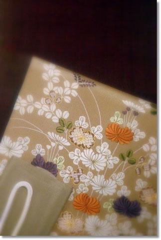 葡萄色の無地紬は浦野理一作。祇園齋藤の御所解の帯を合わせて。