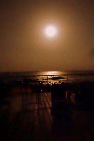 UTOKO星野リゾート、展望台から太平洋に上る月を見ました。