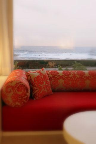 UTOKO星野リゾートの客室。このお部屋は赤を基調としたインテリアでまとめられています。