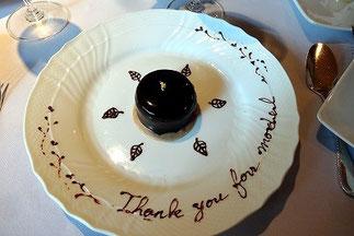 「ル・セット」お祝いメッセージが描かれたデザートその1。