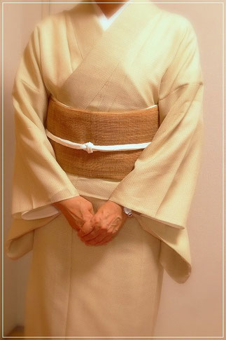 夏塩沢のきものに、科布の帯を合わせて上質な夏のカジュアルな取り合わせ。