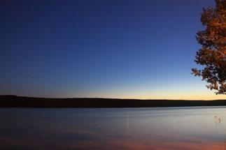 Vue nocturne sur le lac de l'abbaye de Paimpont.