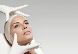 Medical Beauty, Kosmetikerin mit Handschuhen, Hygienemaßnahmen sind Standart in unserem Business.