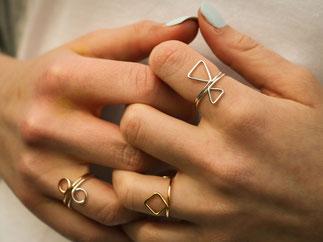 schlichte Ringe mit geometrischen Symbolen