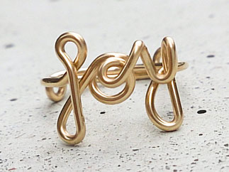 Edler Ring mit dem Schriftzug JOY, Gold Filled