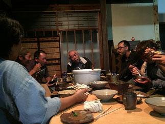 農業について語り合う社長と宮垣さん一家&語り合う場を提供して下さった篠山のハンサム農園の方々