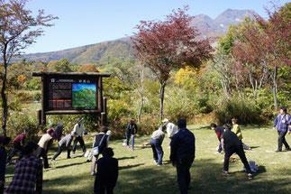 多くの観光客に見守られながら、ストレッチ体操で体をほぐしました