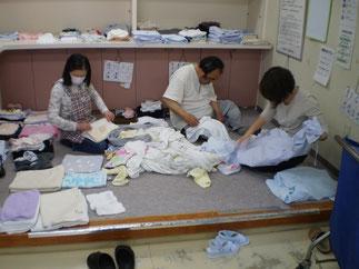 こちらは、約130人分の洗濯物のたたみ作業です
