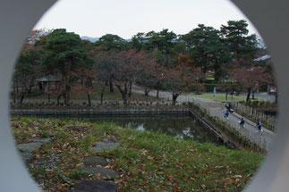 三重櫓の脇にある壁窓から城跡内を望む