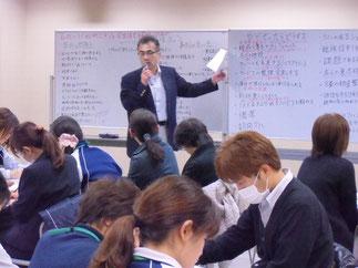 講師の石田様。ホワイトボードを活用して事例を可視化