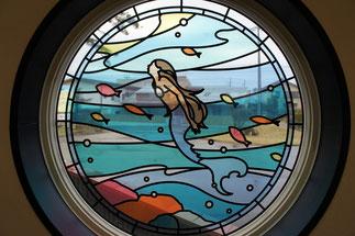 ステンドグラスに描かれた「小麦色のマーメイド」