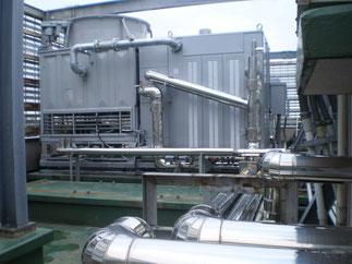 新品の冷温水発生器が配管とつながり、温水が施設内へ流れると