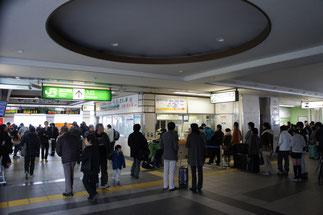 直江津駅の改札口付近。お盆・お正月の帰省時のような人の多さ